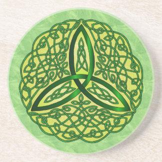 Verde céltico y oro del nudo de la trinidad del ar posavaso para bebida