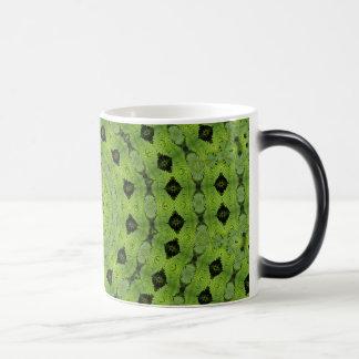 Verde con diseño del fractal del diamante negro taza mágica
