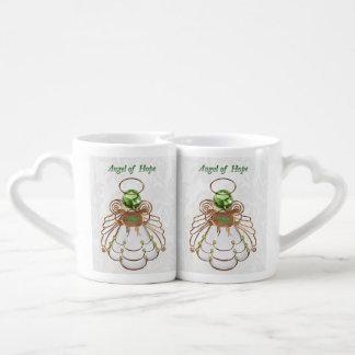 Verde de bronce - ángel del navidad de la taza para enamorados