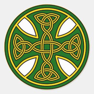 Verde de la armadura del doble de la cruz céltica pegatina redonda