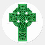 Verde de la cruz céltica etiquetas redondas