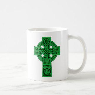 Verde de la cruz céltica taza básica blanca