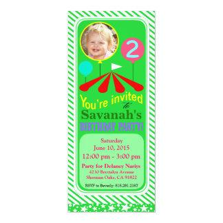 """Verde de la fiesta de cumpleaños de la diversión invitación 4"""" x 9.25"""""""