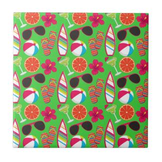Verde de la pelota de playa de las gafas de sol de azulejo