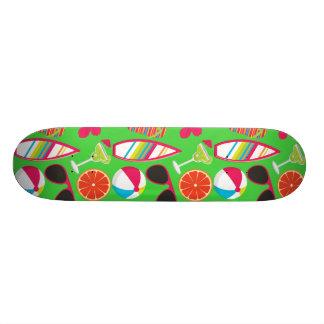 Verde de la pelota de playa de las gafas de sol de patín