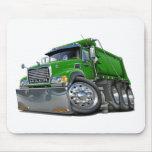 Verde del camión volquete de Mack Tapetes De Ratones