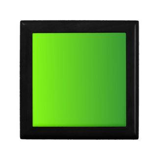 Verde del césped a la pendiente de la vertical de cajas de joyas