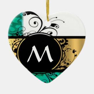 Verde del trullo y monograma del oro adorno de cerámica en forma de corazón