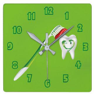 Verde dental feliz del cepillo de dientes del reloj cuadrado
