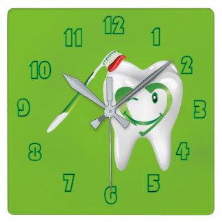 Verde dental sonriente del cepillo de dientes del reloj cuadrado