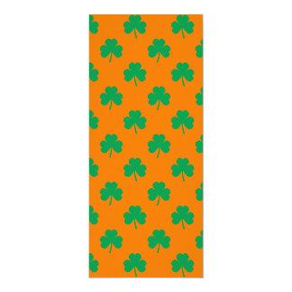 Verde en forma de corazón del trébol en St Patrick Invitaciones Personales