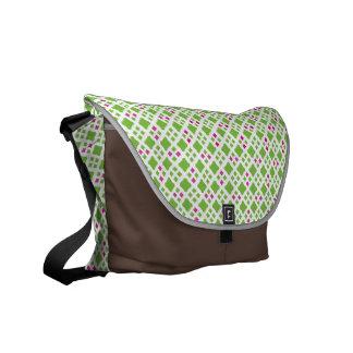 Verde lima y bolso rosado brillante del modelo del bolsas de mensajeria