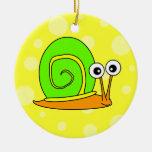 Verde lindo del dibujo animado del caracol con el  ornamentos para reyes magos
