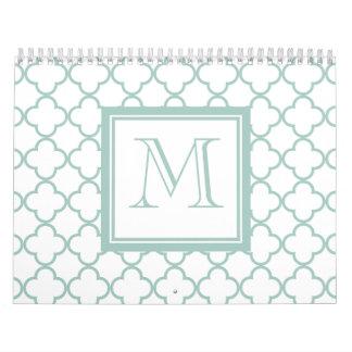 Verde menta Quatrefoil blanco el su monograma Calendarios De Pared
