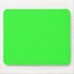 Verde neto del modelo con blanco alfombrillas de raton