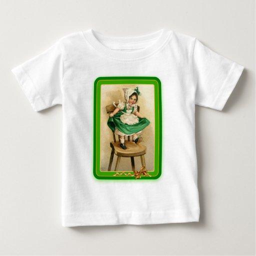 Verde que lleva del chica de St Patrick del T-shirts
