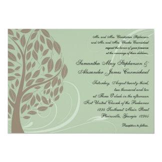 Verde salvia y árbol estilizado suave de Brown Eco Invitación Personalizada