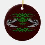 Verde tribal de los cráneos de T-Rex Ornaments Para Arbol De Navidad