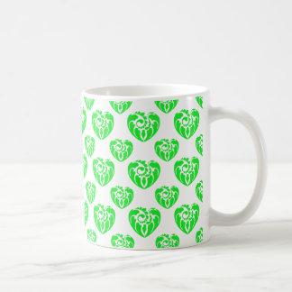 Verde tribal del modelo 2 del corazón taza de café