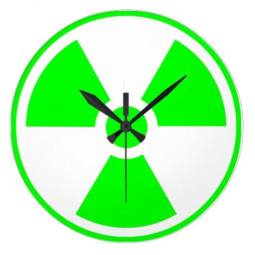 Verde y blanco radiactivos del símbolo de la reloj redondo grande