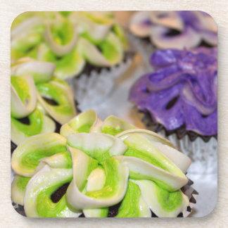 Verde y blanco y magdalenas heladas púrpura posavasos de bebida