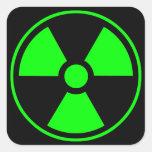 Verde y negro radiactivos del símbolo de la calcomanías cuadradass