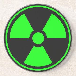 Verde y negro radiactivos del símbolo de la radiac posavasos de arenisca