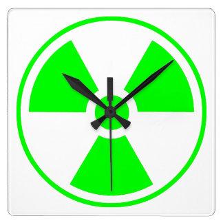 Verde y negro radiactivos del símbolo de la radiac reloj cuadrado