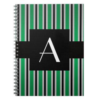 Verde y rayas negras del monograma libros de apuntes con espiral