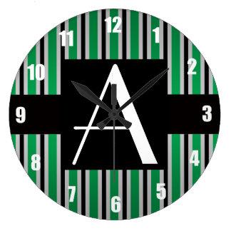 Verde y rayas negras del monograma reloj de pared