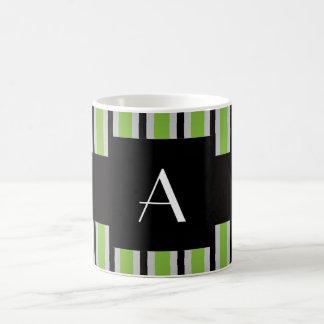 Verde y rayas negras del monograma taza de café