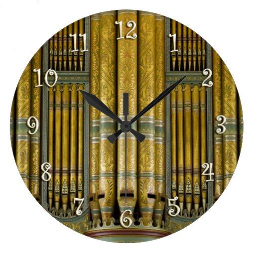 Verde y reloj redondo de los tubos de órgano del o