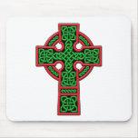 Verde y rojo de la cruz céltica alfombrillas de ratón