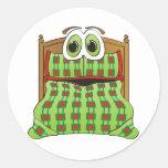 Verde y rojo del dibujo animado de la cama pegatina redonda