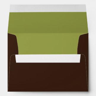 Verde y sobres del día de fiesta de la tarjeta de