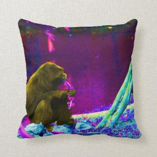 Verdes de la consumición del primate en el borde cojín decorativo