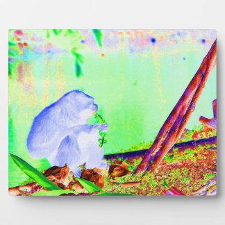 Verdes de la consumición del primate en el borde d placas de madera