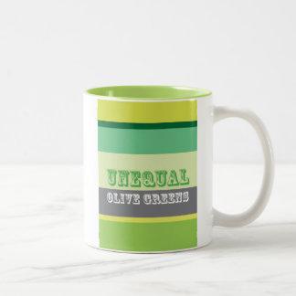 """Verdes verdes olivas desiguales "" Taza De Café De Dos Colores"
