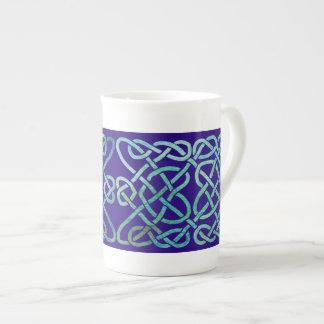 Verdete del nudo de cuatro corazones en azul taza de porcelana