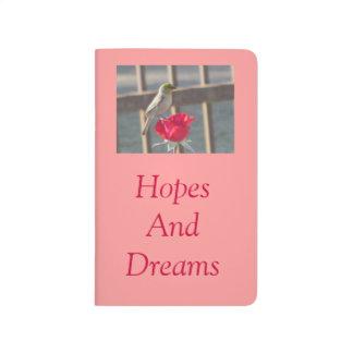Verdin en rosa cuadernos grapados