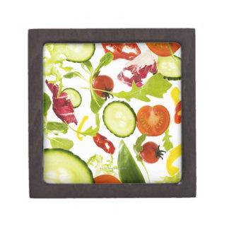 Verduras de ensalada mezclada frescas que caen a cajas de regalo de calidad