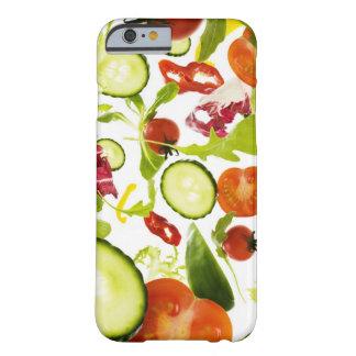 Verduras de ensalada mezclada frescas que caen a funda de iPhone 6 barely there
