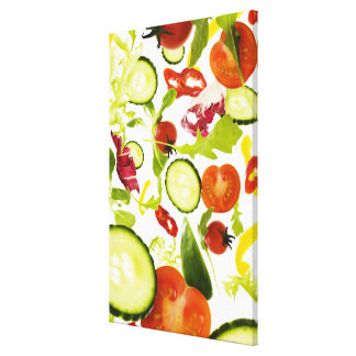 Verduras de ensalada mezclada frescas que caen a l impresión en lona estirada