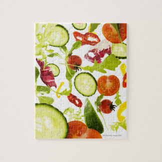 Verduras de ensalada mezclada frescas que caen a l puzzle