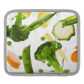 Verduras frescas con agua que cae en un cuenco fundas para iPads
