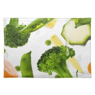 Verduras frescas con agua que cae en un cuenco manteles