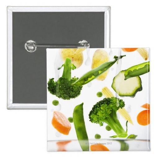 Verduras frescas con agua que cae en un cuenco pin