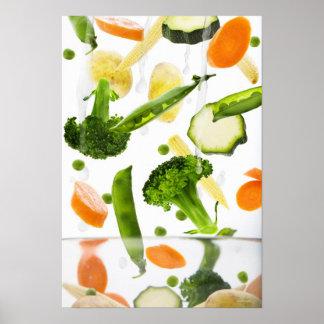 Verduras frescas con agua que cae en un cuenco póster