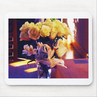 Versión corregida de rosas amarillos y de Lillies Tapete De Ratón