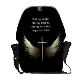 Verso de encargo de la biblia con la cruz y las bolsas de mensajeria